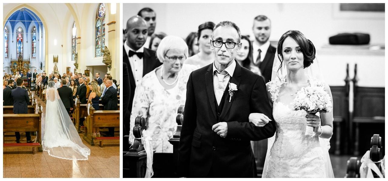 Der Brautvater führt die Braut zum Altar