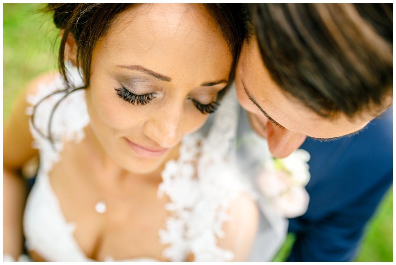 Das Brautpaar ist ganz nah zu sehen in bei der Hochzeit im Seepavillion Fühlinger See