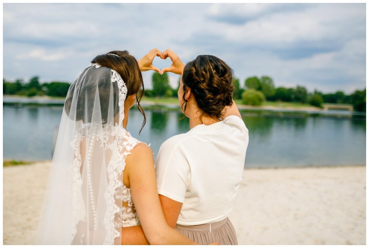 Foto mit der Trauzeugin zur Hochzeit am Fühlinger See in Köln