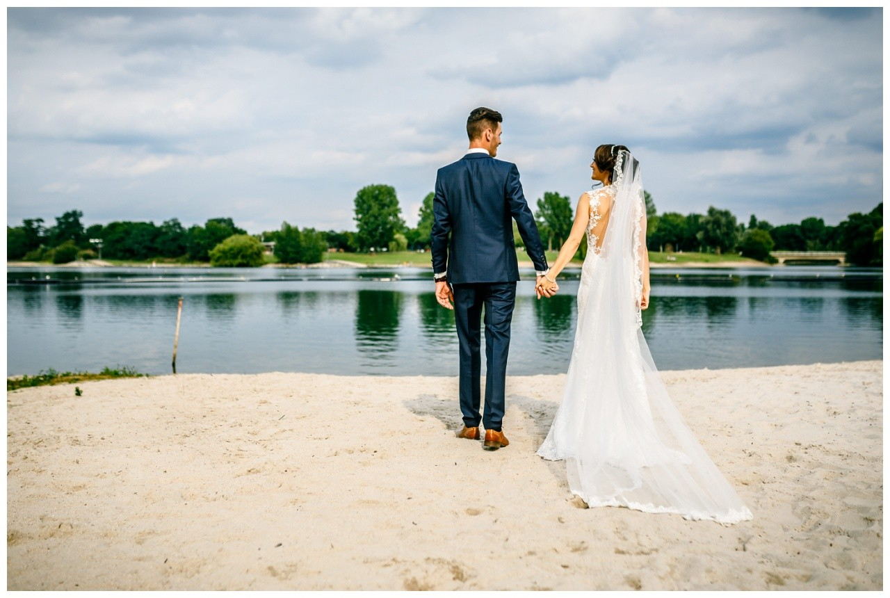 Das Brautpaar steht am Fühlinger See in Köln