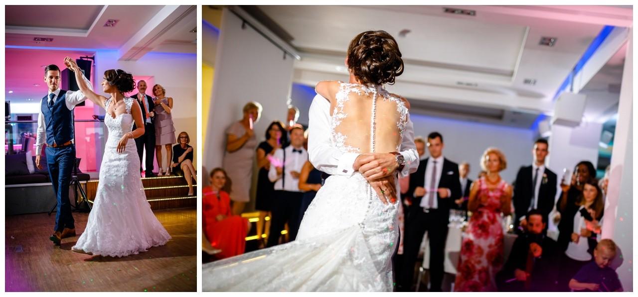 Das Brautpaar tanzt den Hochzeitstanz bei der Hochzeit in Köln