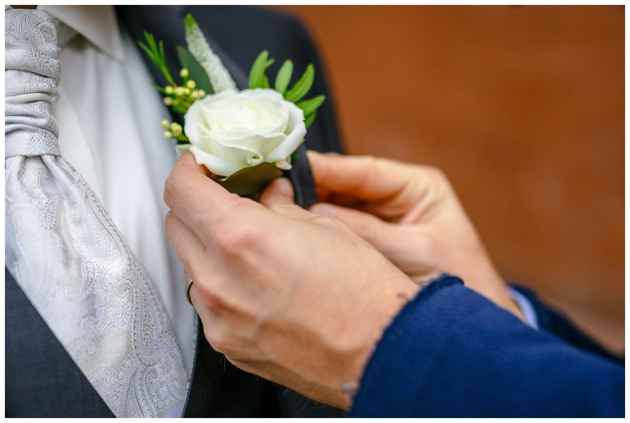 Ansteckblume für den Bräutigam bei der Hochzeit in Wuppertal