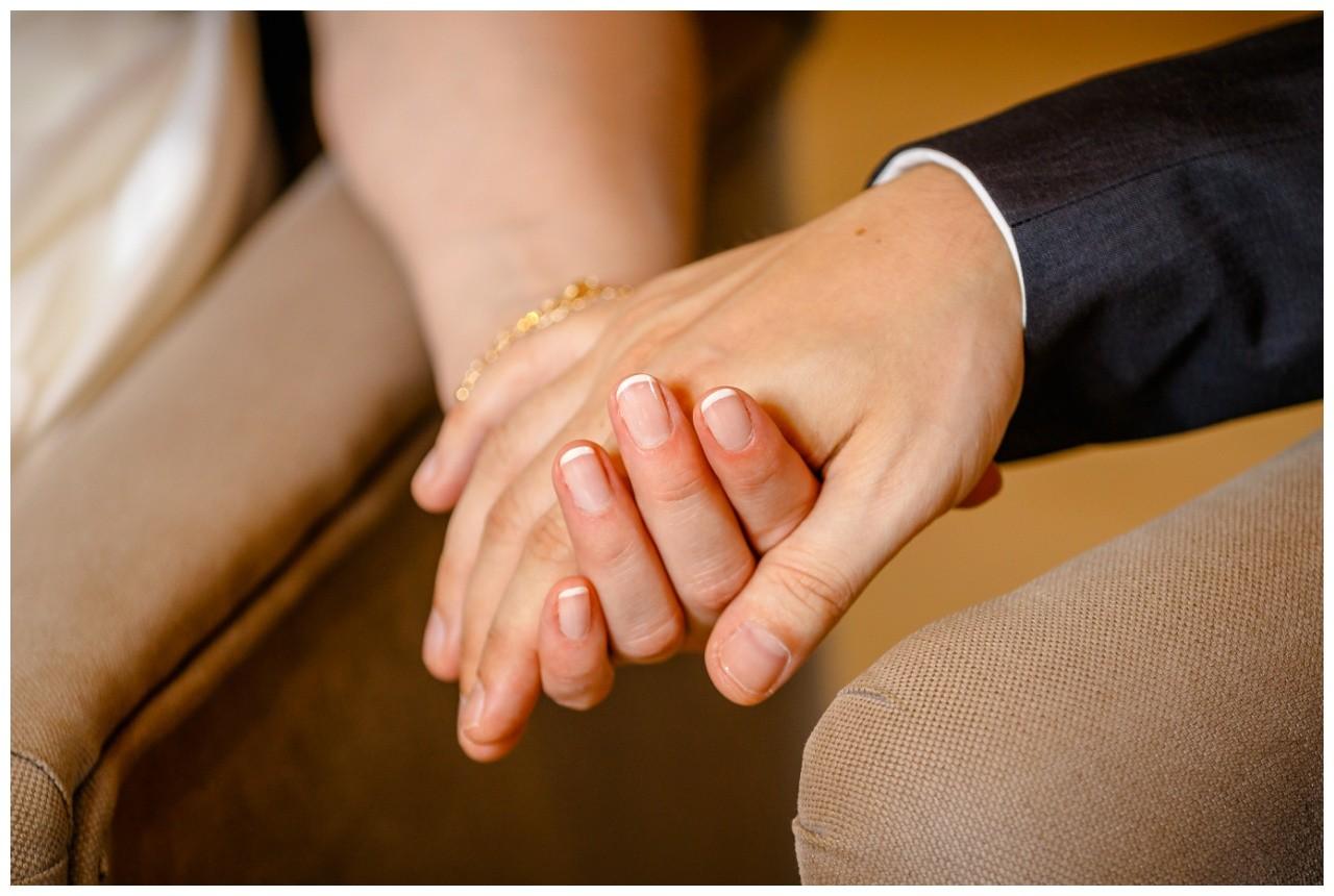 Das Brautpaar hält sich bei der Hand bei der Hochzeit im Elisenturm in Wuppertal