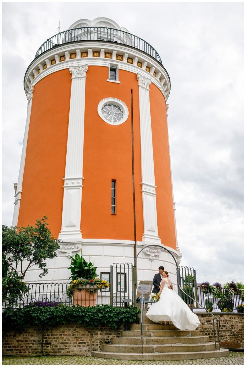 Hochzeitslocation Elisenturm in Wuppertal, das Brautpaar steht vor dem Turm und wird vom Hochzeitsfotograf Wuppertal fotografiert