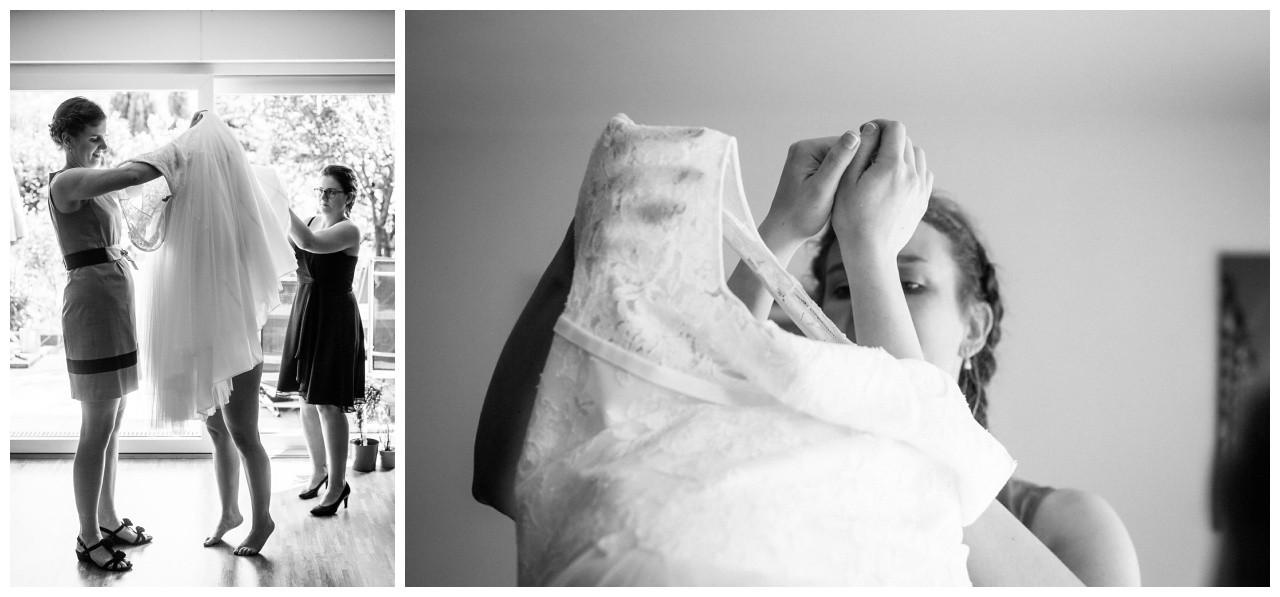 Die Trauzeuginnen helfen der Braut ins Brautkleid in Essen