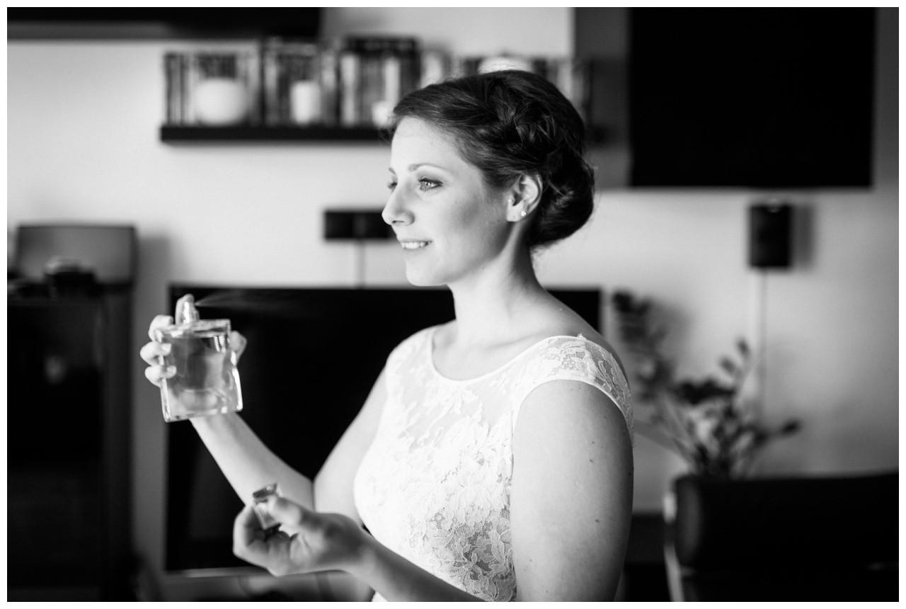 Der Hochzeitsfotograf Essen fotografiert die Braut wie sie sich Parfum aufsprüht