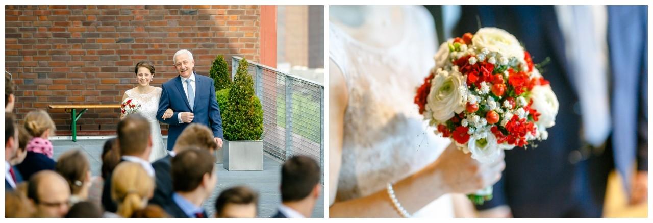 Der Brautvater führt seine Braut zur Freie Trauung auf Zeche Zollverein