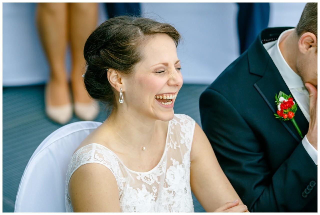 Die Braut lacht herzlich beid er Freien Trauung auf Zeche Zollverein