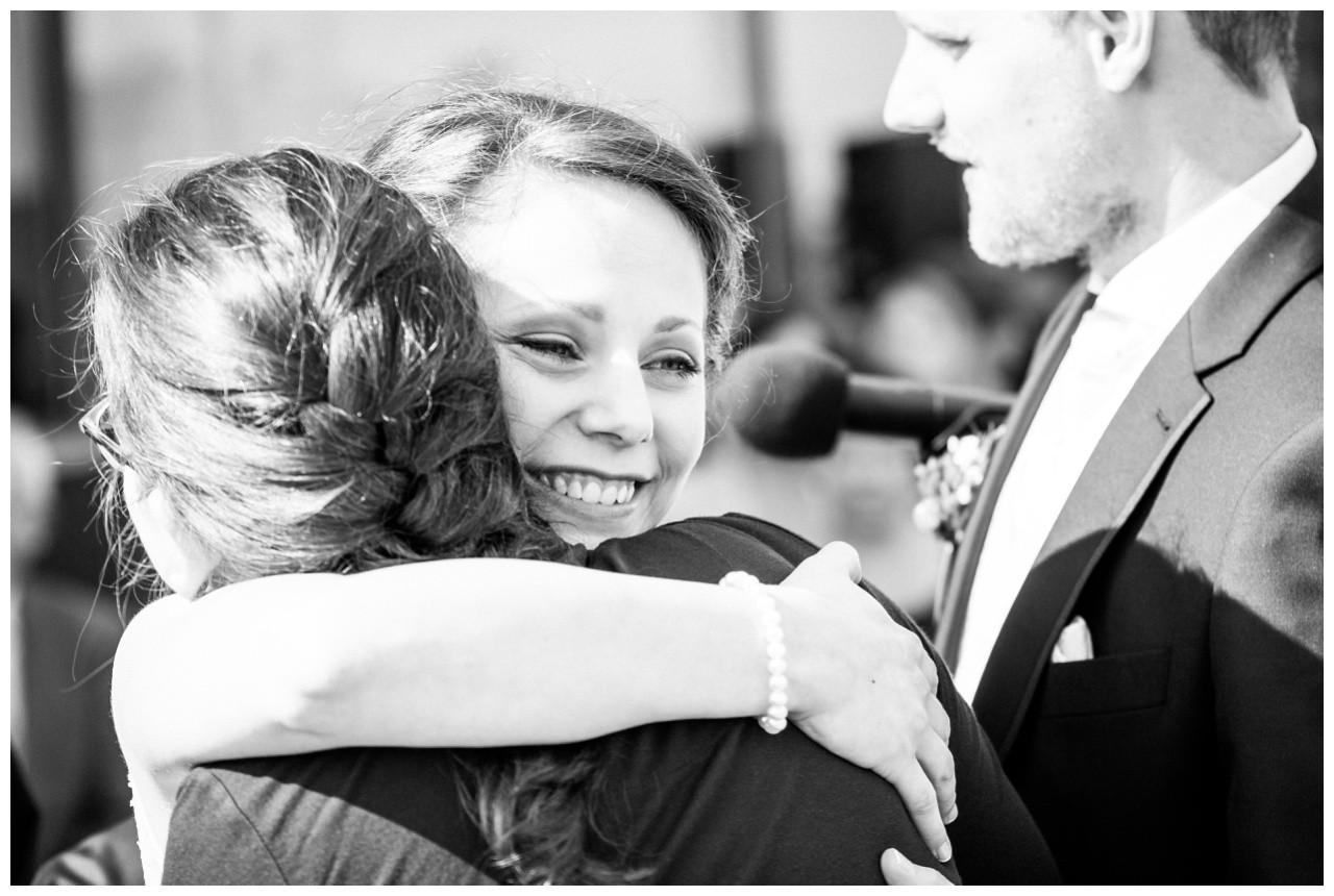 Die Braut umarmt ihre Trauzeugin bei der Hochzeit in Essen