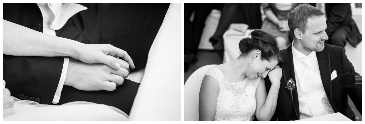 Braut und Bräutigam halten sich bei der Hand bei der Hochzeit im Ruhrgebiet