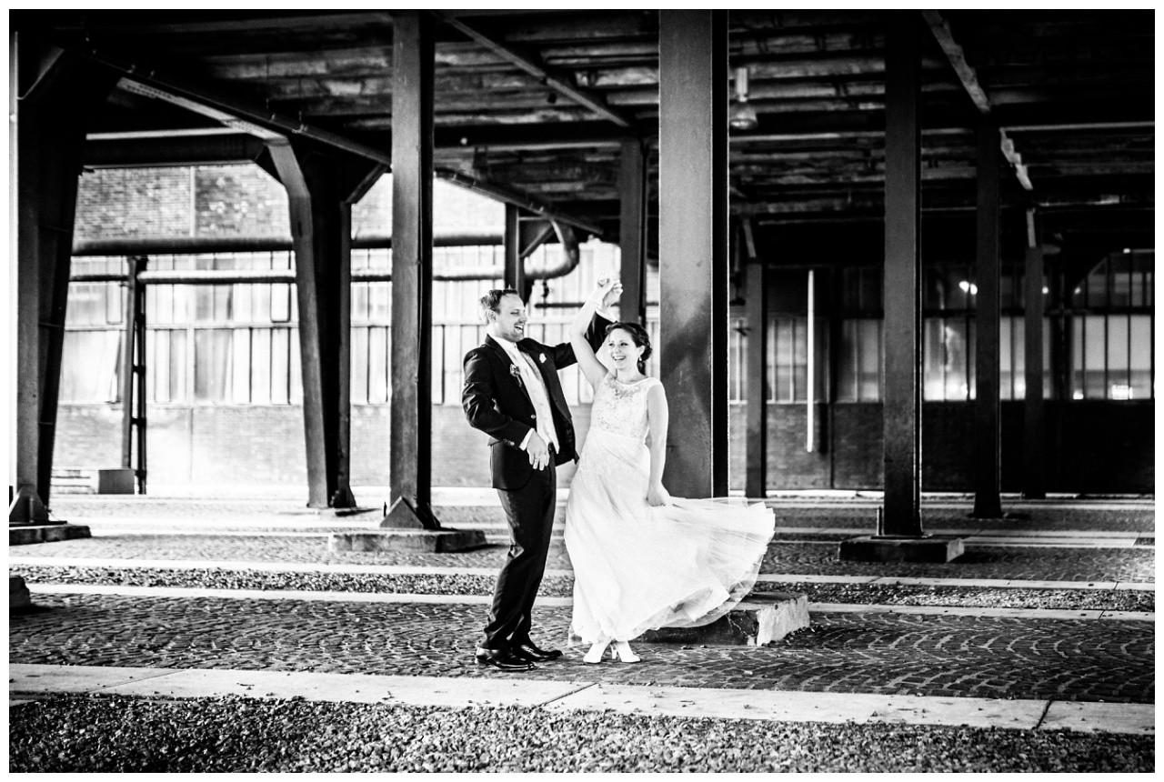 Der Hochzeitsfotograf Essen fotografiert Braut und Bräutigam beim Tanzen auf zeche Zollverein