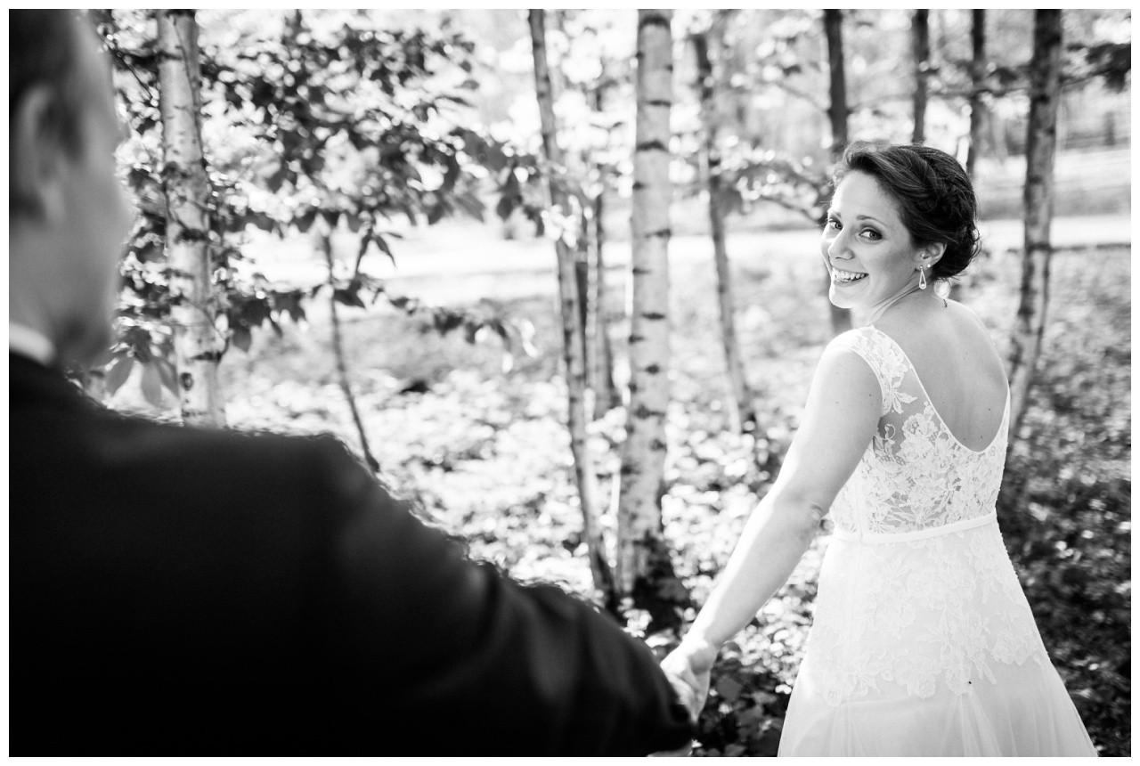 Die Braut lacht bei ihrer Hochzeit in essen in die Kamera