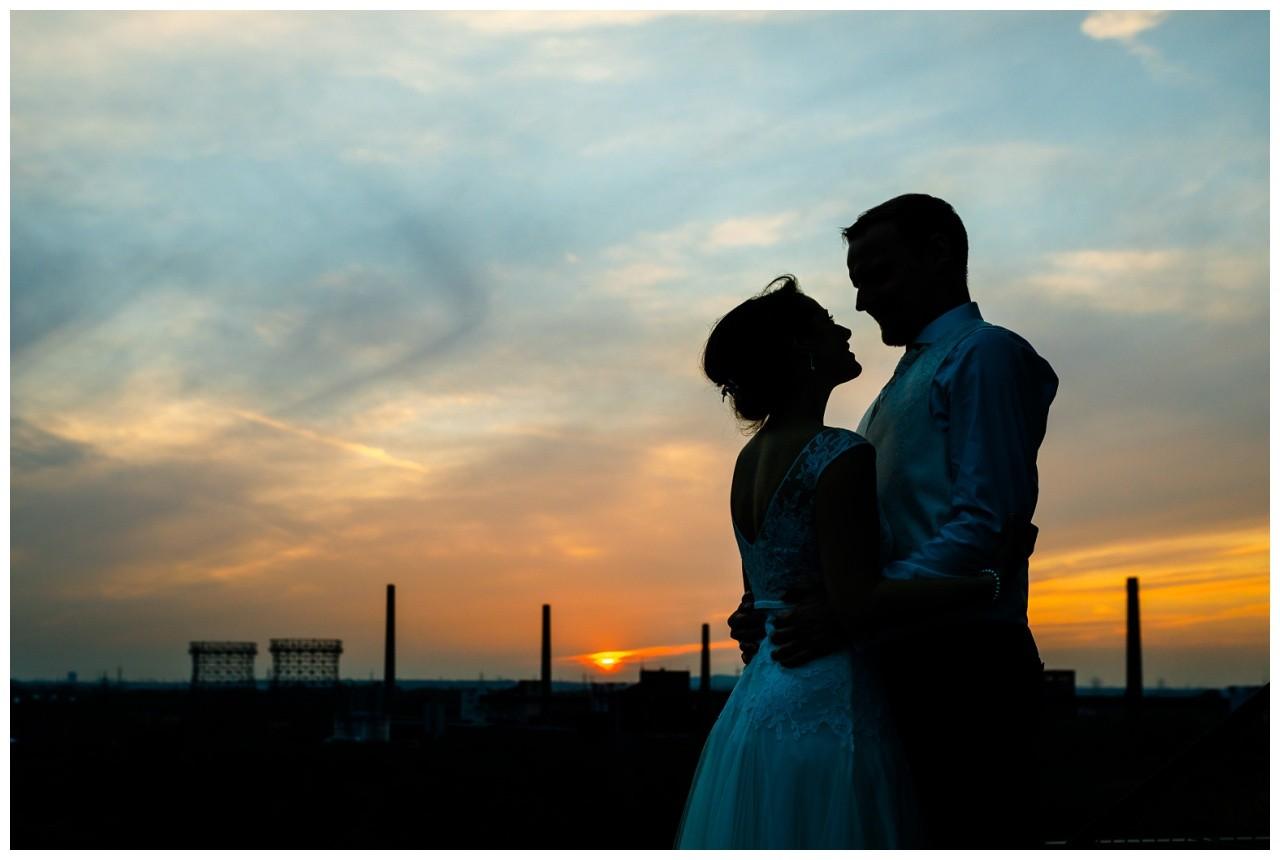 Das Brautpaar im Sonnenuntergang auf Zeche Zollverein
