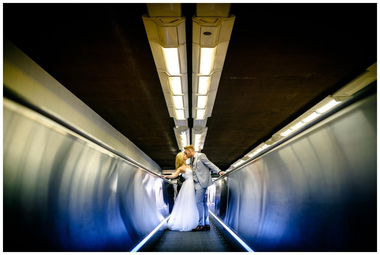 Hochzeitsbild in der U-Bahn