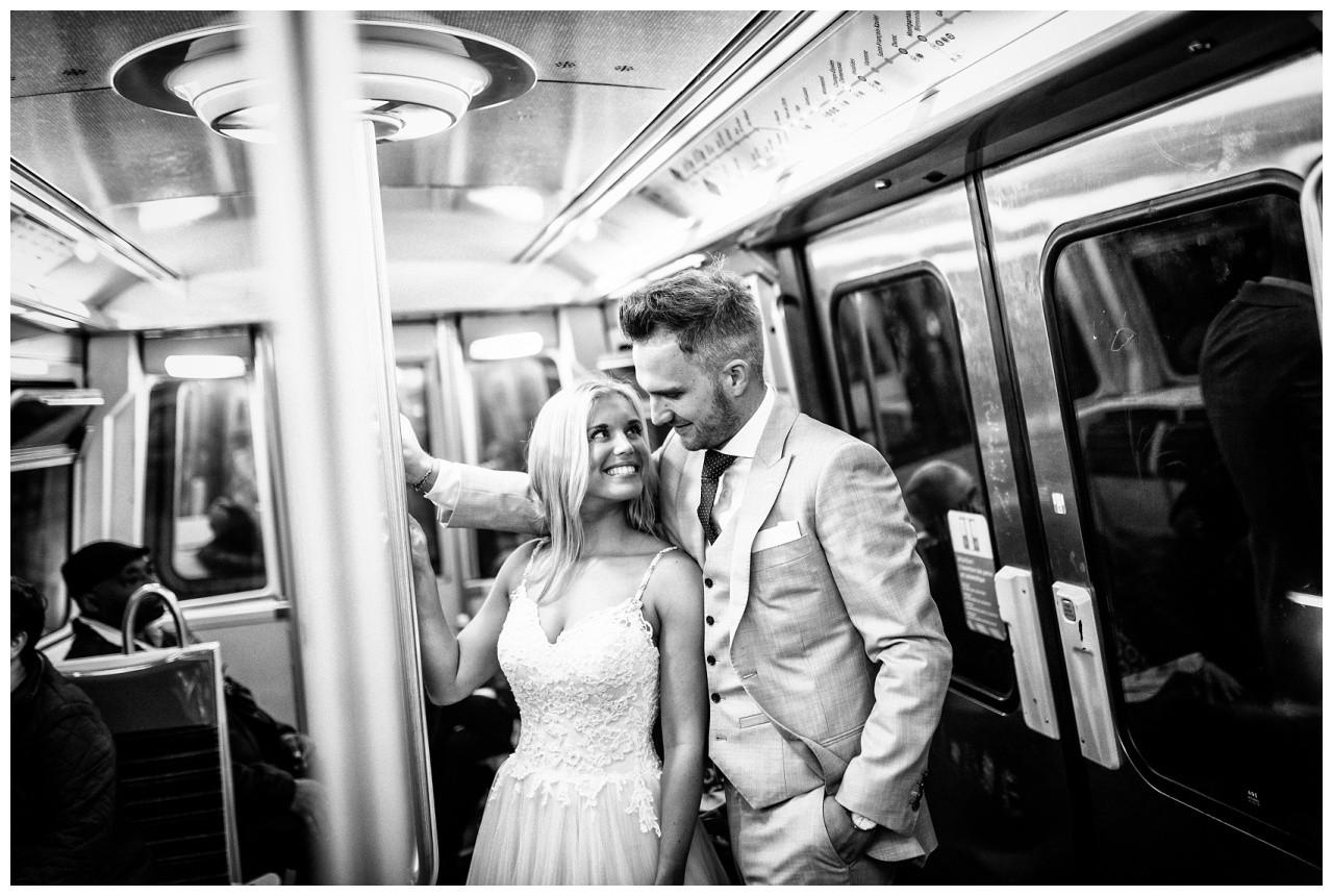 After Wedding Shooting in der Stadt das Brautpaar steht in der Metro