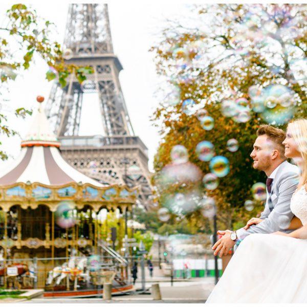 Hochzeitsbild in Paris vor dem Eiffelturm mit Seifenblasen
