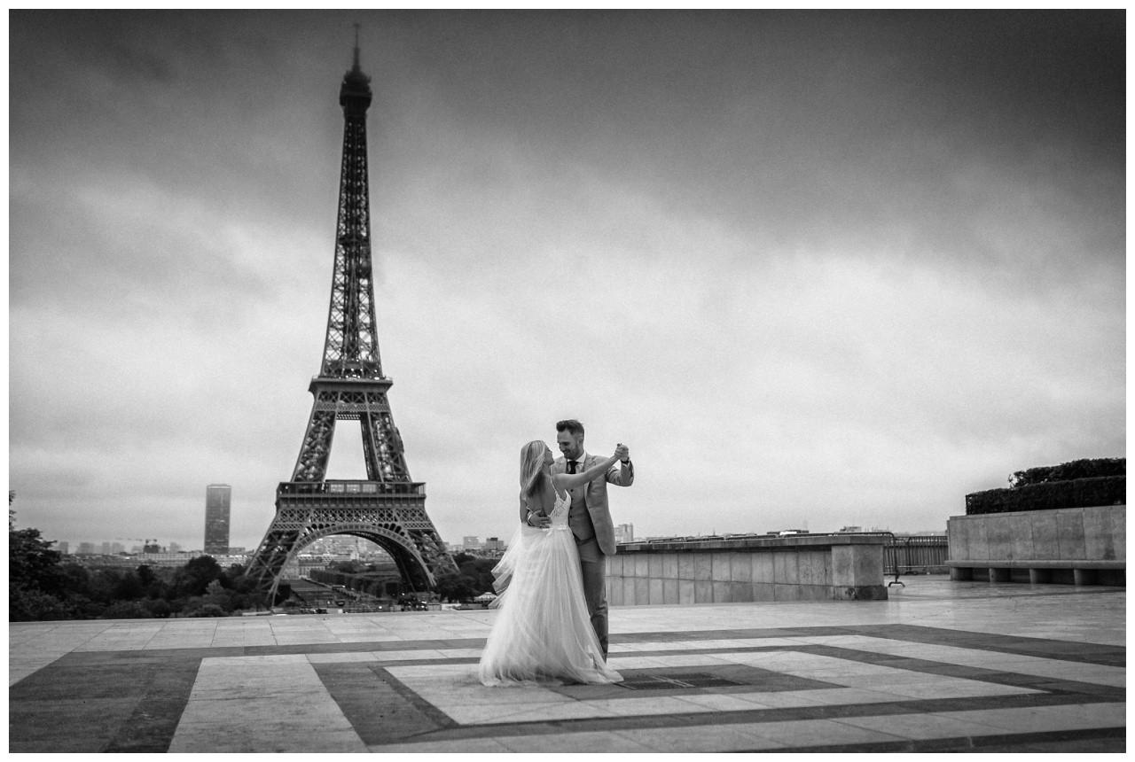 After Weddin Shooting in Paris das Brautpaar tanzt nach der Hochzeit vor dem Eiffelturm