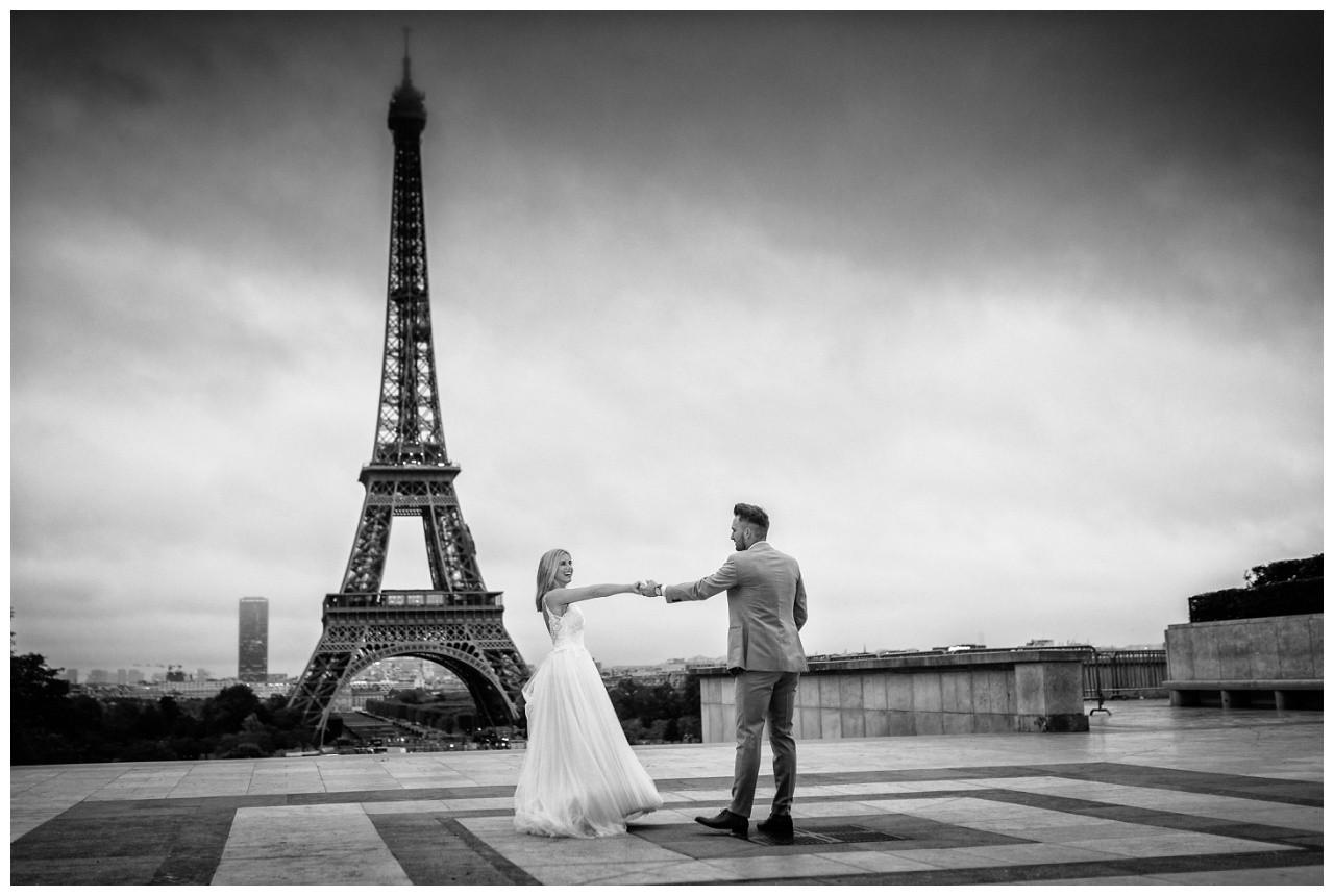 Hochzeitsfotograf Paris das Brautpaar tanzt beim After Wedding Shooting vor dem Eiffelturm.