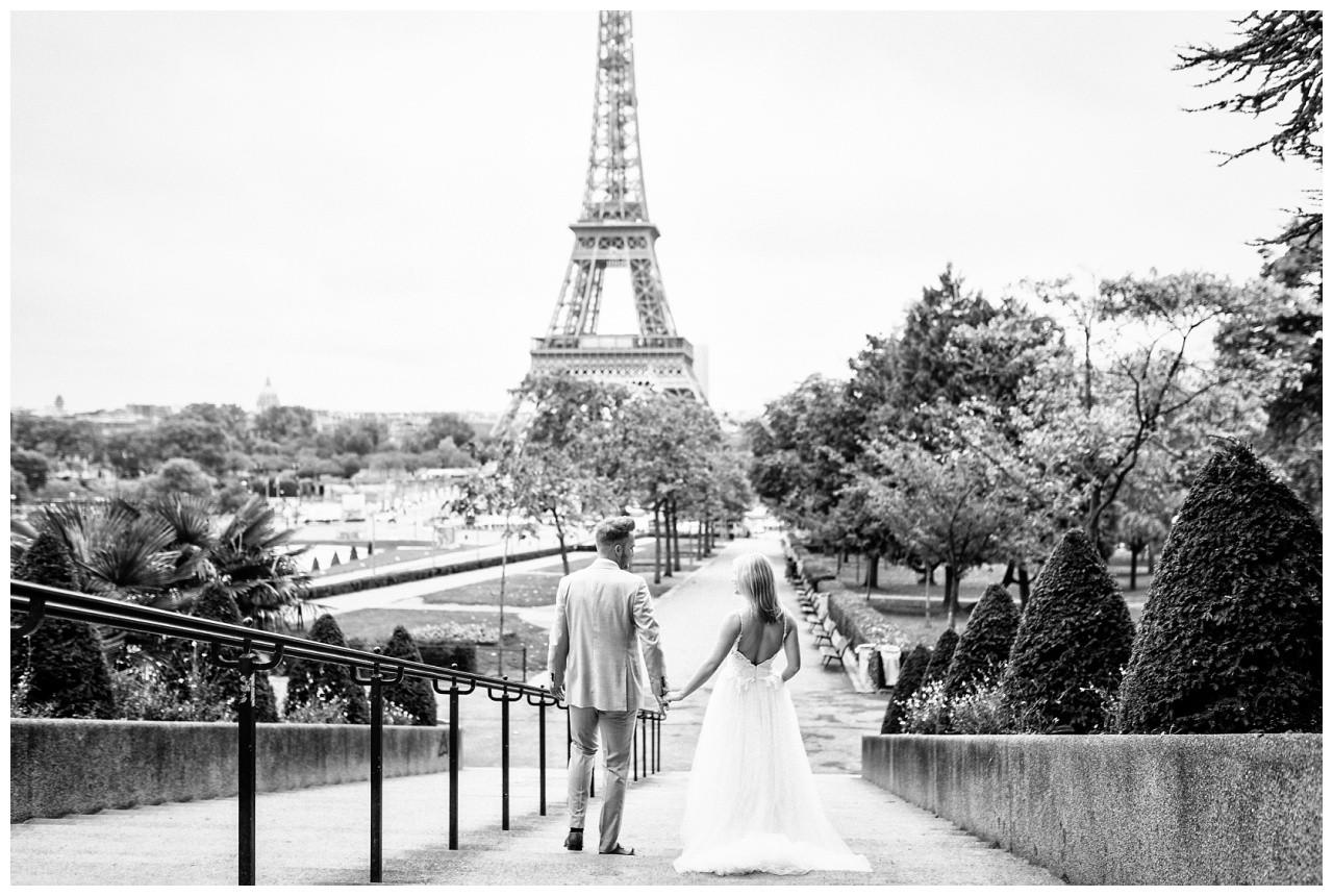 After Wedding Shooting in Paris, das Brautpaar lässt sich vom Hochzeitsfotografen vor dem Eiffelturm shooten.