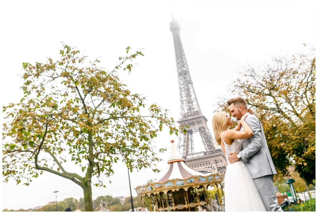 Hochzeit in Paris vor dem Eiffelturm, beim After Wedding Shooting begleitet der Fotograf das Brautpaar durch die Stadt.