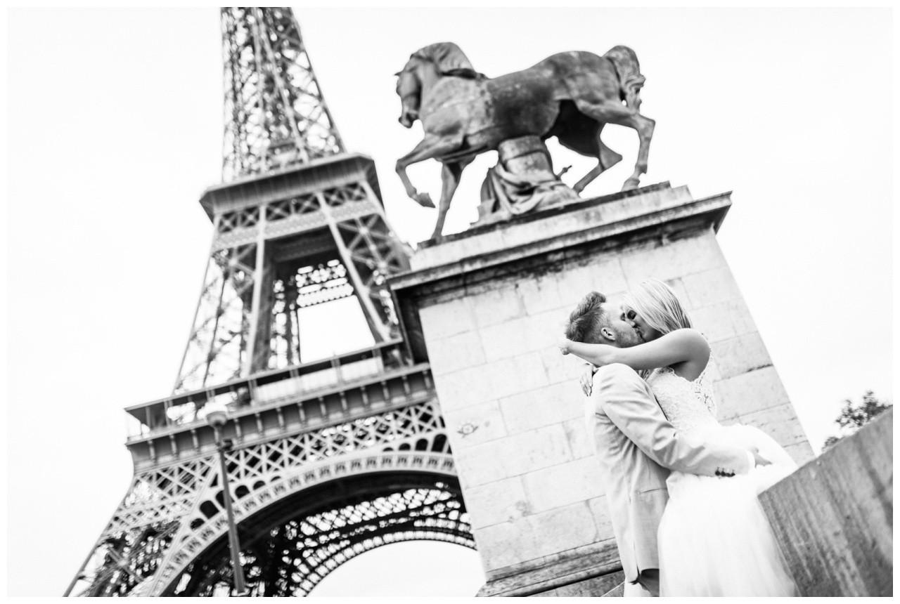Hochzeitsbilder in Paris. bei der Destinationwedding in Paris macht das Brautpaar viele Hochzeitsfotos.