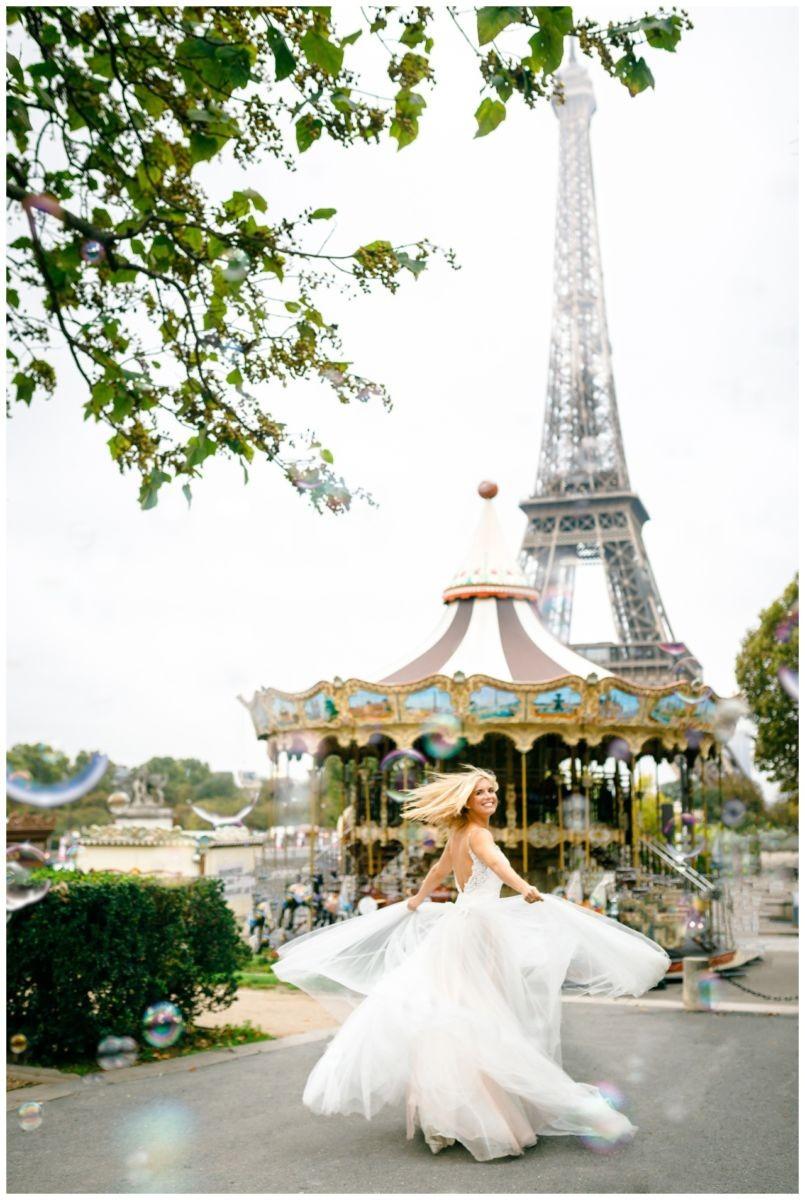Hochzeit in Paris, die Braut tanzt vor dem Eiffelturm.