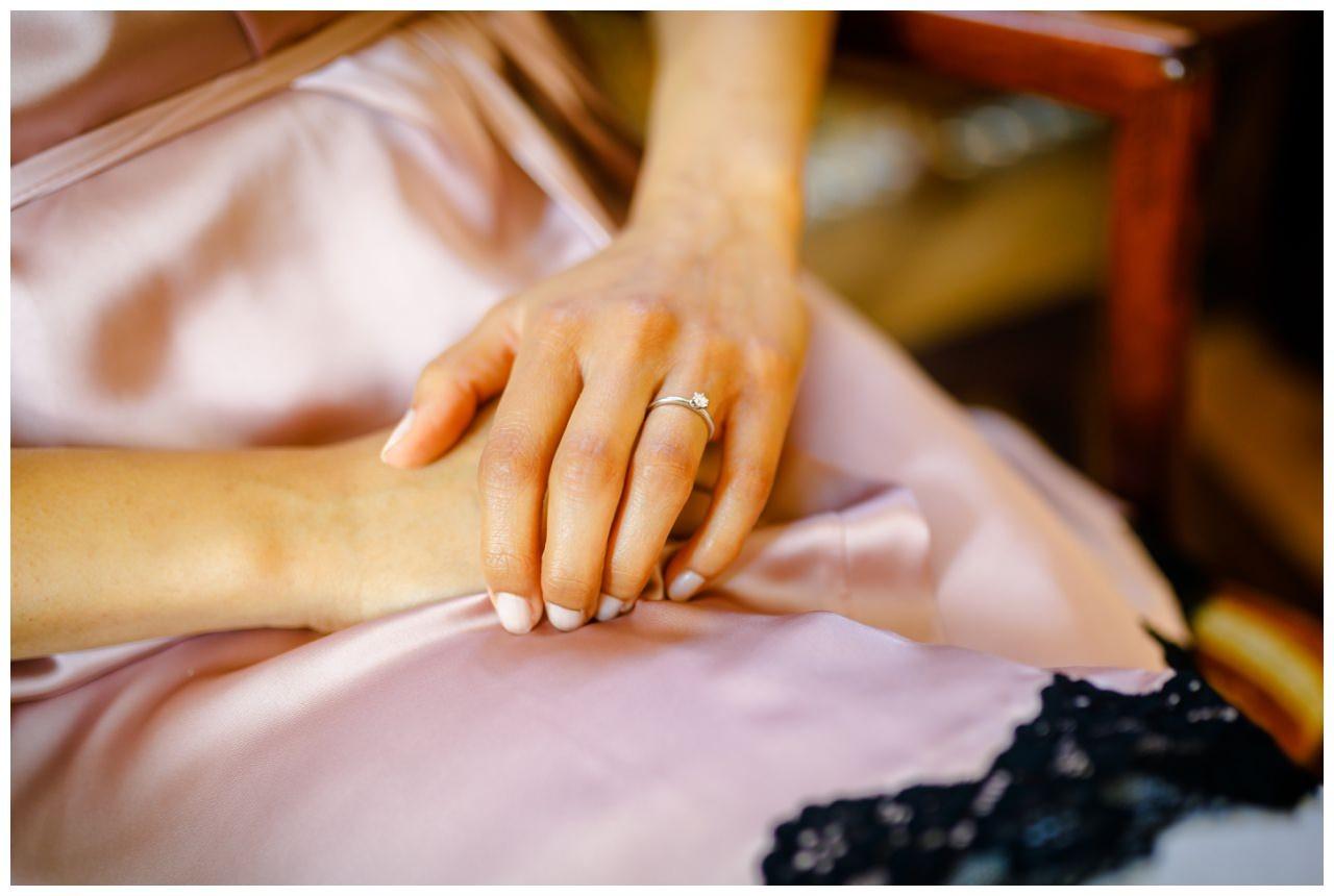 Der Verlobungsring der Braut bei der Hochzeit in der Redoute in Bonn