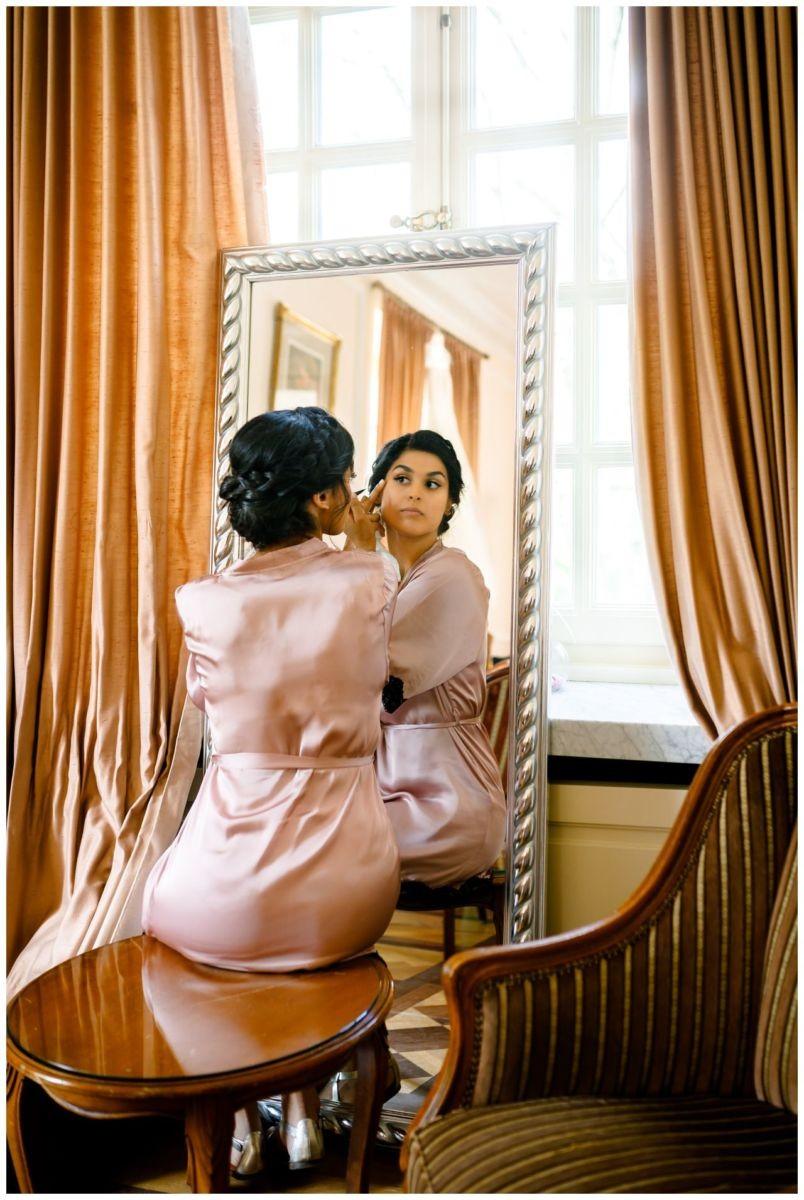 Die Braut schminkt sich vor der standesamtlichen trauung in der Redoute Bonn