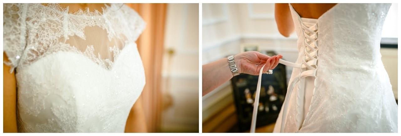Brautkleid mit Schnürung vor der standesamtlichen Trauung in der Redoute in bonn