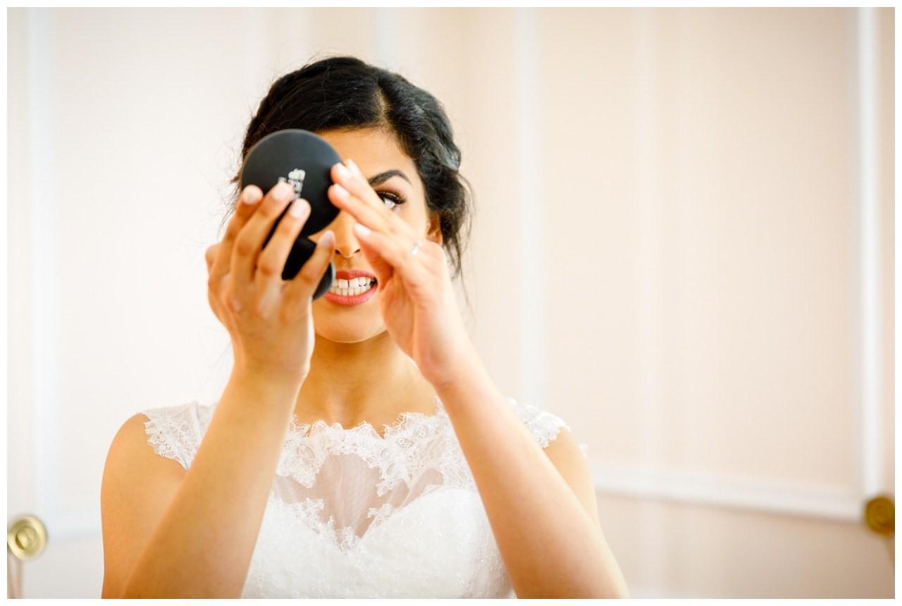 """Die Braut kontrolliert beim Getting Ready ihr Make Up vor der standesamtlichen trauung im """"La Redoute"""" in Bonn"""