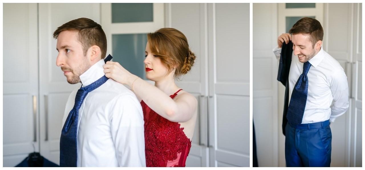 Die Schwester des Bräutigam hilft ihm beim Ankleiden