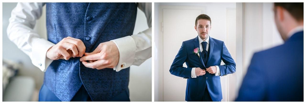 der Bräutigam zieht seinen blauen Hochzeitsanzug an