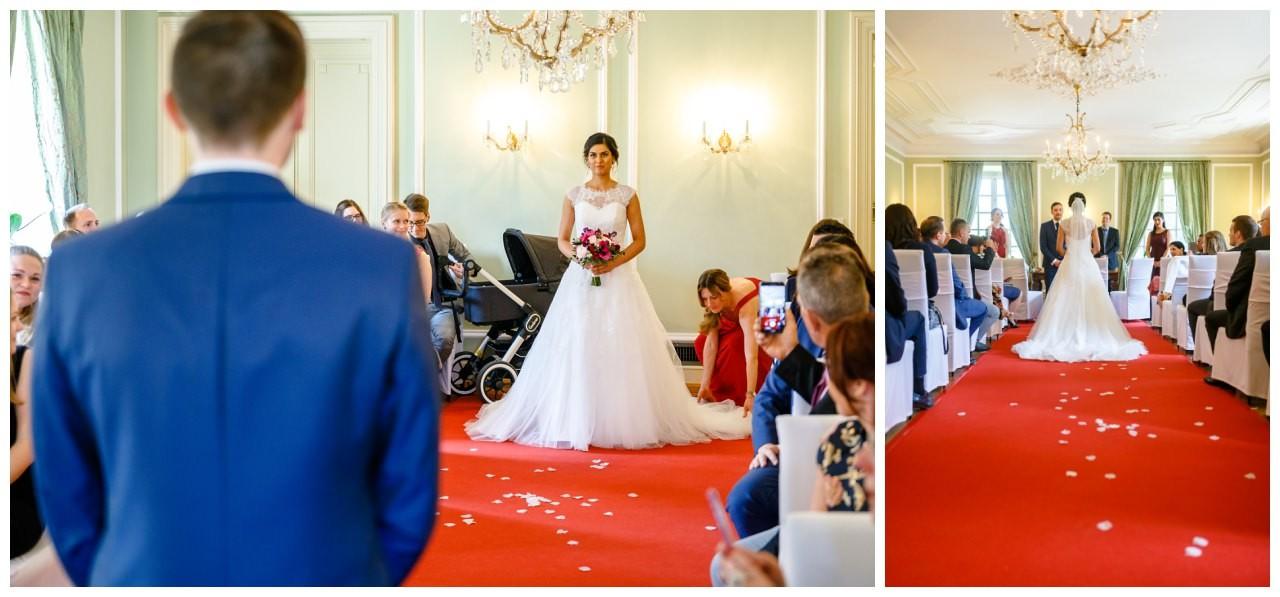 Braut und Bräutigam treffen bei der standesamtlichen Trauung in Bonn aufeinander