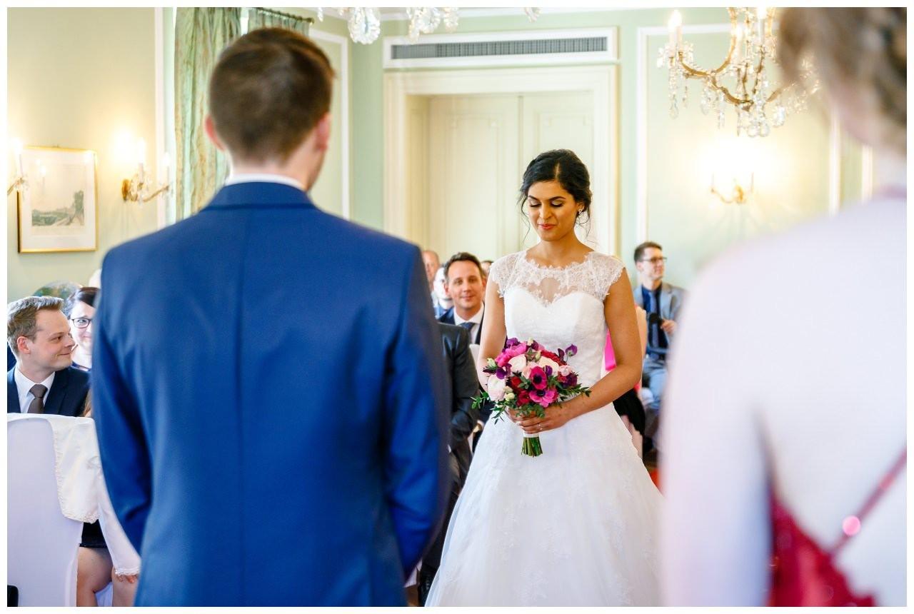 Braut und Bräutigam treffen im grünen Salon aufeinander