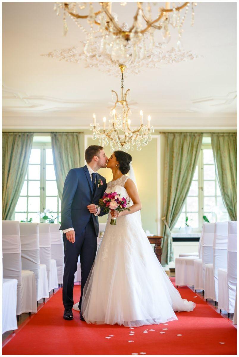 Hochzeitskuss im grünen Salon in der Redoute in Bonn