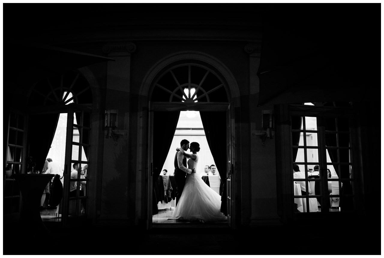 Braut und Bräutigam sind als Schatten zu sehen