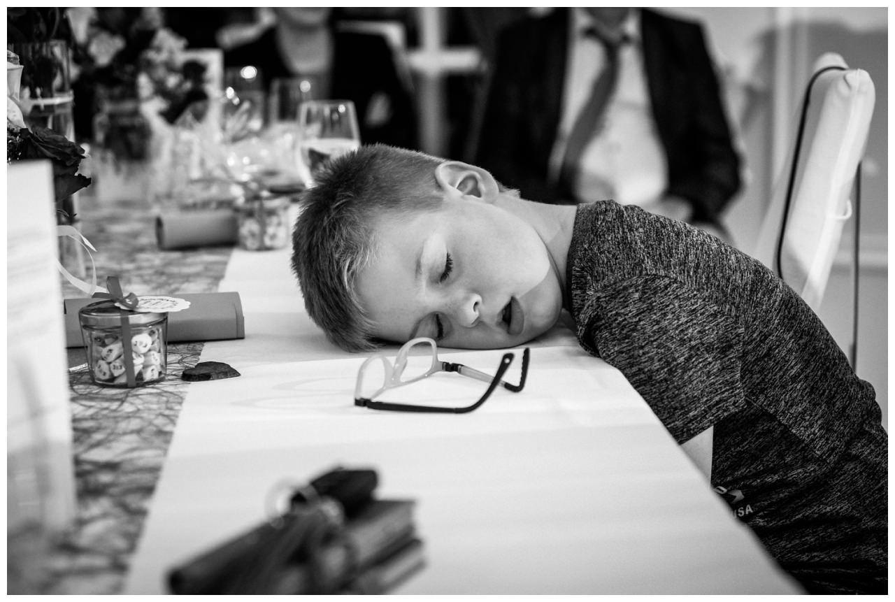 Ein Junge schläft bei der Hochzeit im La Redoute in Bonn