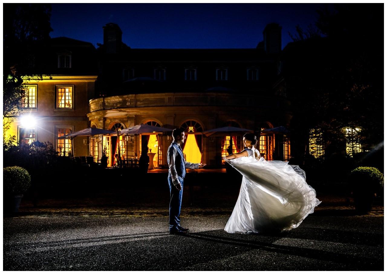 Das Brautpaar tanzt in der Nacht vor der Hochzeitslocation La Redoute in Bonn