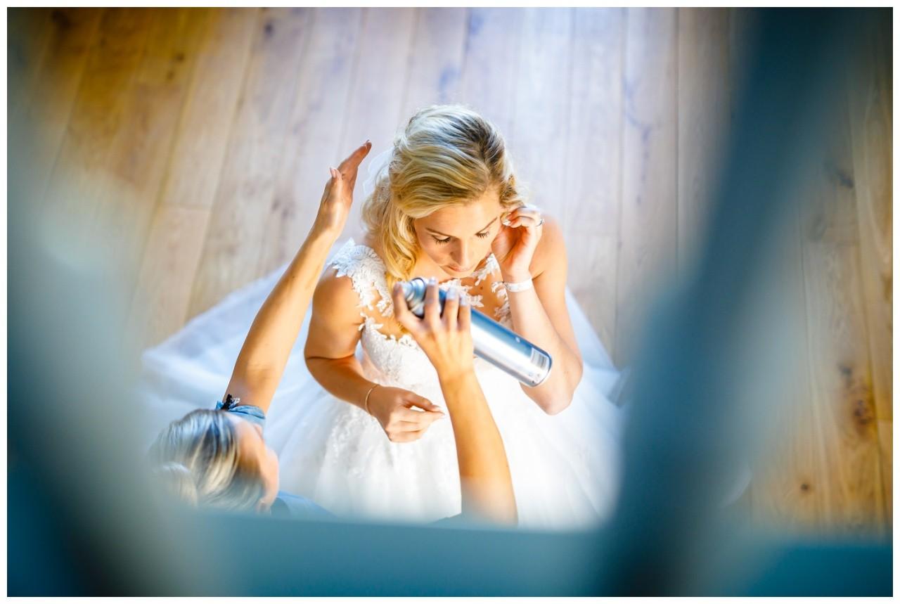 Getting Ready der Braut vor der Hochzeit auf Schloss Hertefeld