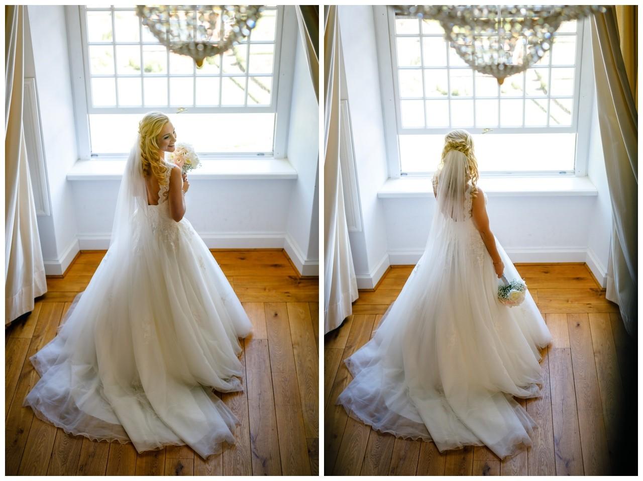 Fotos Braut vor der Hochzeit im Turmzimmer von Schloss Hertefeld in Weeze