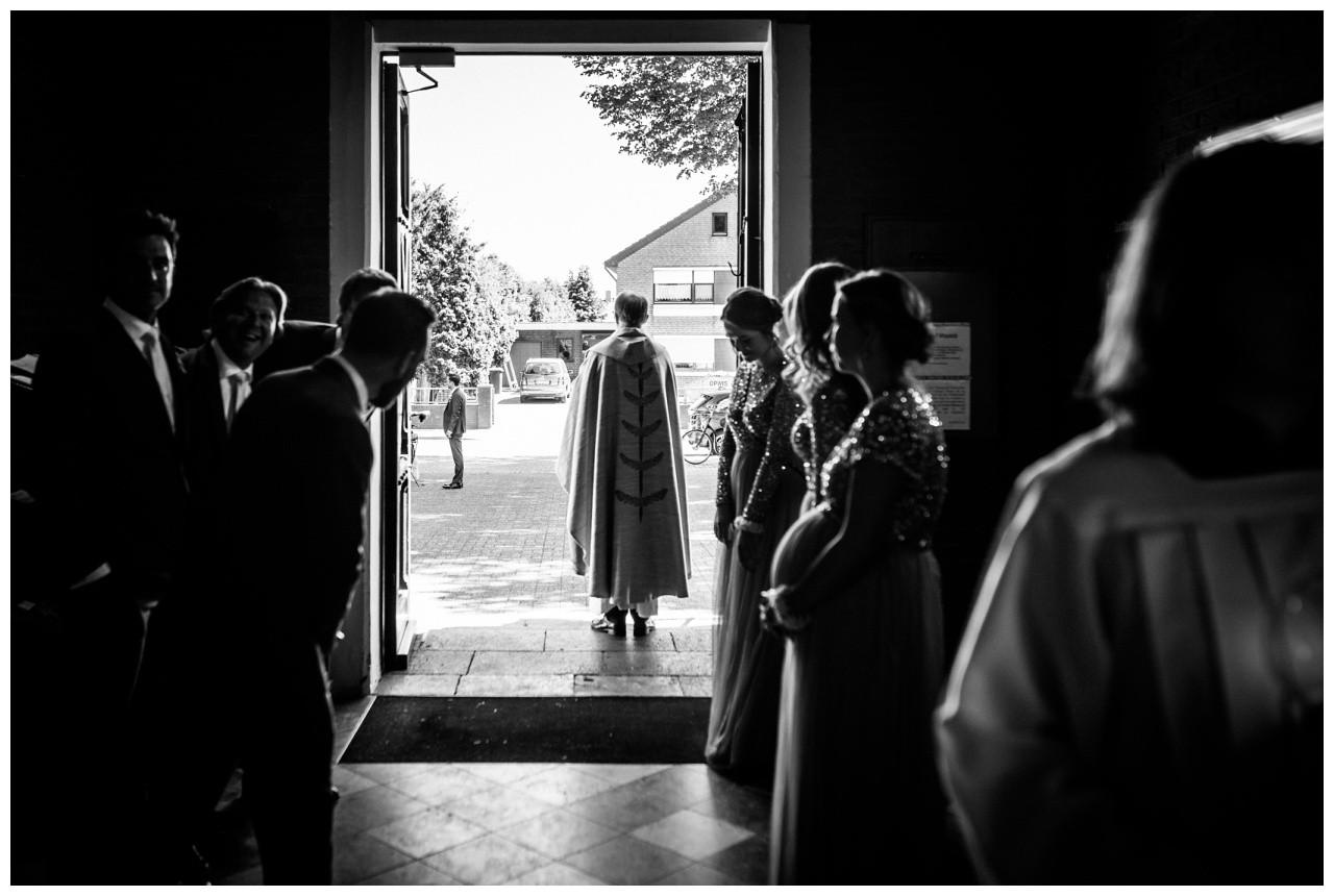 der Pastor wartet in der Kirche auf die Braut
