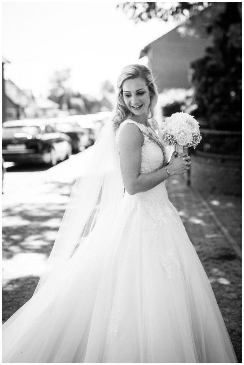 Die Braut vor der Kirche