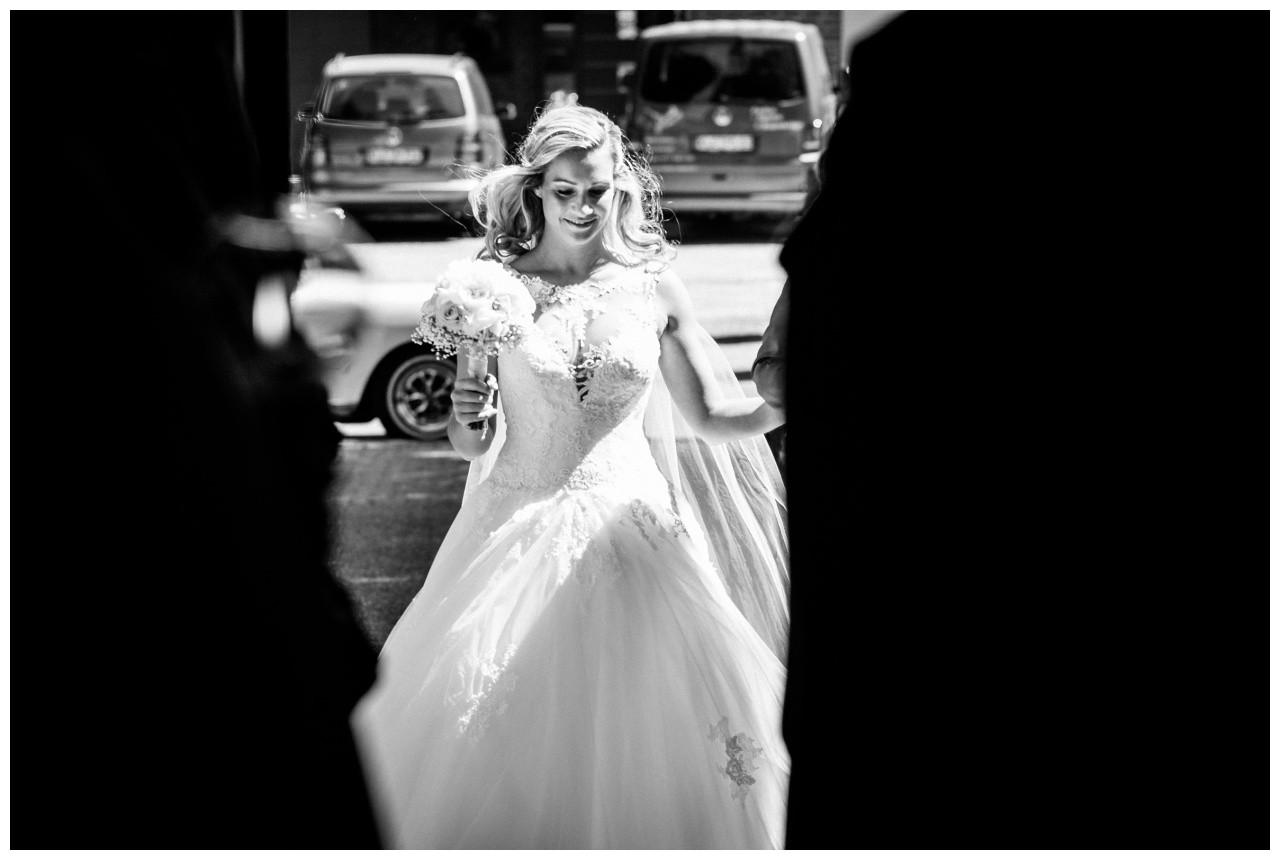 Die Braut geht in die Kirche