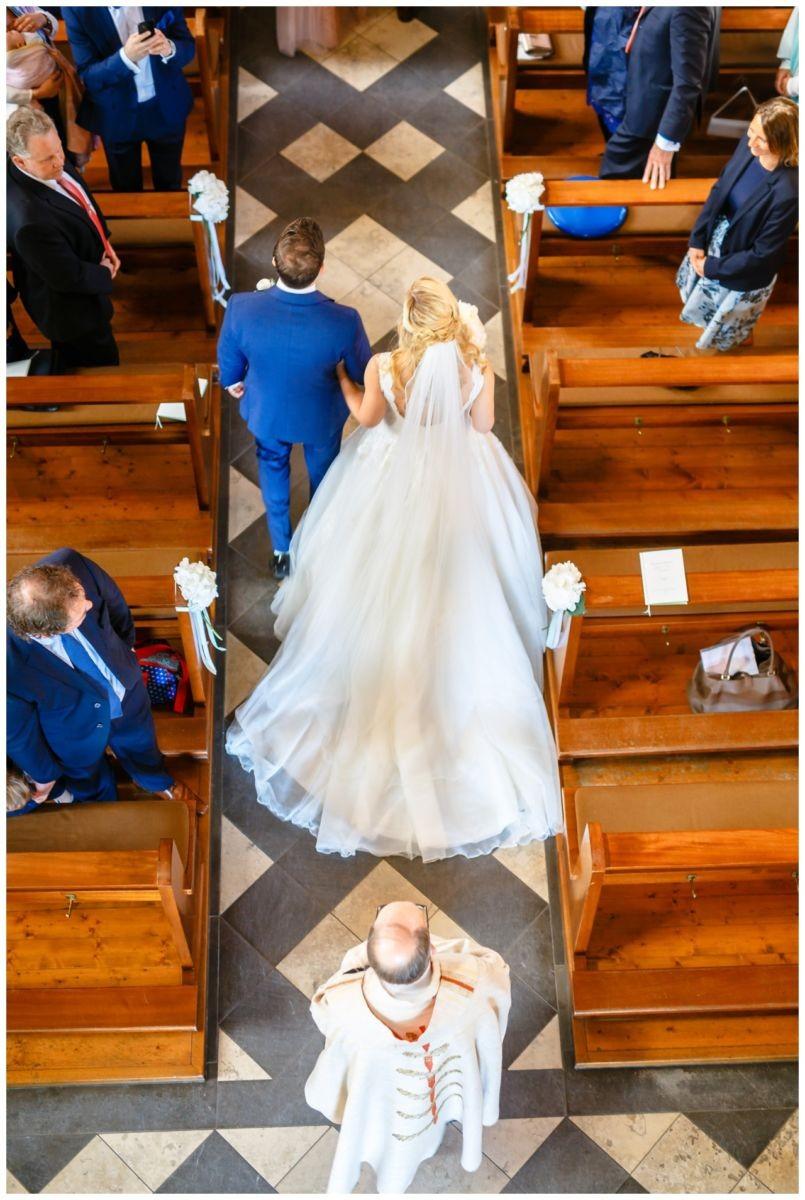 Hochzeitsfoto in der Kirche von oben