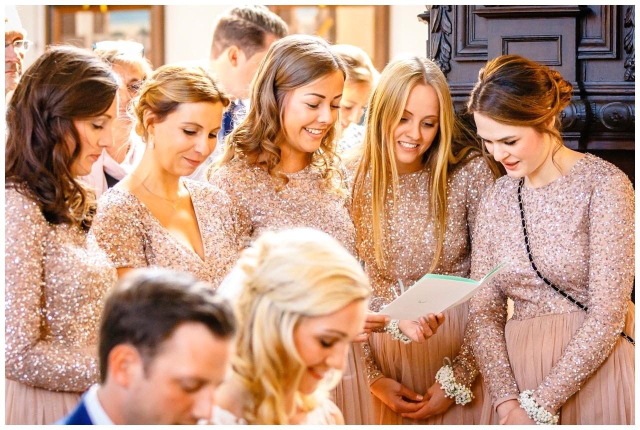 Brautjungfern bei der Trauung