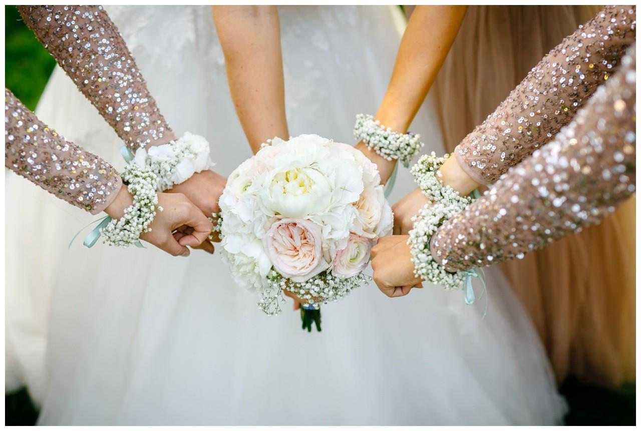 Mädelsbild zur Hochzeit mit Blumenarmbändern
