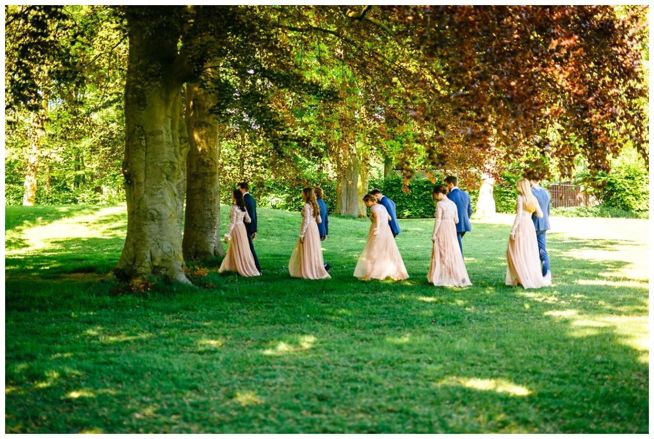 Brautjungfern in passenden Kleidern