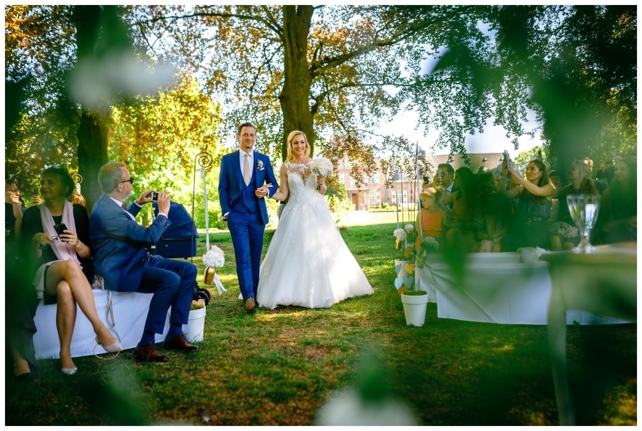 Das Brautpaar geht zur Freien Trauung