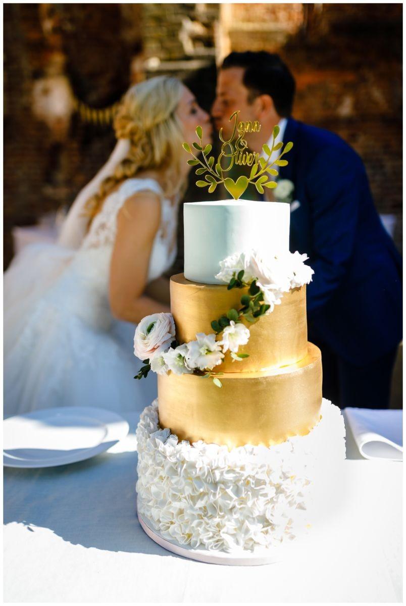 Hochzeitstorte in gold und weiß