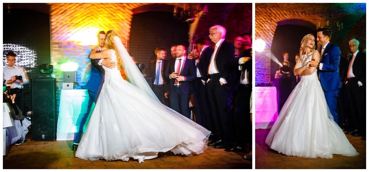 Das Brautpaar tanzt den ersten Tanz im Keller von Schloss Hertefeld in Weeze
